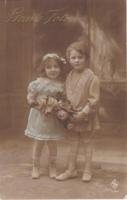 Gyerekek virággal