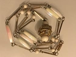Retro hosszú nyaklánc szelenceforma medállal és gyöngyházfényű betétekkel, 85 cm!