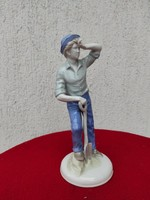 Porcelán figura, nehéz a munka,kalapos fiú àsóval