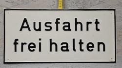 """""""Ausfahrt frei halten"""" - Tartsa szabadon a kijáratot figyelmeztető festett alumínium tábla (1418)"""