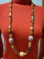 Különböző gyöngyökből fűzött (csont, kerámia, fa, üveg, fém) kézműves  nyaklánc