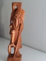 Kézzel fából faragott szobor
