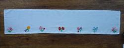 Kézzel hímzett virágos polcterítő / polccsík