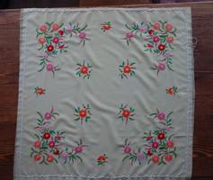 Virágos, kézzel hímzett terítő / abrosz / asztalterítő
