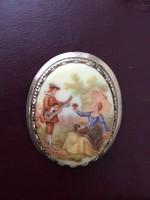 Antik porcelánképes fém bross, romantikus jelenettel
