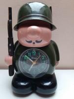 Bűbájos bumfordi műanyag vadász retro asztali óra