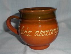 Barna kerámia bögre, kézműves csésze (A ház asszonya)