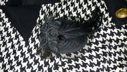 Fekete tollas bross, hajdísz, kalapdísz