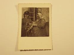 Régi fotó fénykép - Lány, asszony, fejkendő, néni, kakas, csirke, parasztház - 1940-1950-es évek