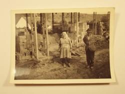 Régi fotó fénykép - Fejkendős néni, paraszt, asszony, trógli, építkezés, tégla - 1940-1950-es évek