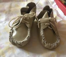 Valódi bőrből kézzel készített baba cipőcske