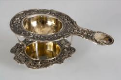 Ezüst teaszűrő állvánnyal