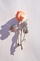 Rózsa bross, rózsaszín faragott kővel, 800-as