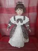 Porcelán baba, fésülhető,  hajasbaba 42 cm-es, állvánnyal együtt
