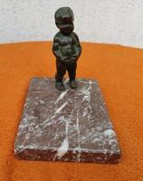 Bronz szobor màrvànyon, Antik szép patina, jóllakott fiú,vidàm téma.hamuzó, apró tartó