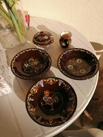3 festett kerámia tányér, kis kancsó és cukortartó együtt