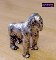 Miniatűr figura ónból, ezüst hátú gorilla.