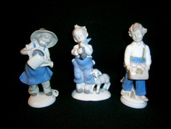 3 db régi német Lippelsdorfi porcelán: virágot locsoló kislány, furulyás és gombát szedő kisfiú
