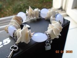 Kagylóból és lilás üveg gyöngyből ezüstözött foglalatban, karkötő ,ezüstözött  függőkkel
