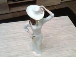 Hölgy kalapban. Román porcelán.
