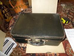 Kis méretű bőrönd