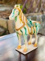 Kínai hárommázas Tang (sancai) ló szobor.