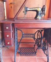 Hat fiókos Singer varrógép. 1910-ben Skóciában (Clydebank) készült.