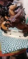 Két ágaskodó szines majolika ló