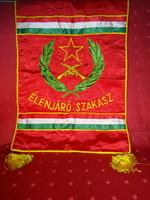 Élenjáró szakasz feliratú zászló. Mérete: 39 x 56 cm.