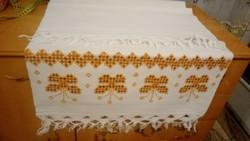 Hímzett  maderiás vászon terítő 110*53 cm