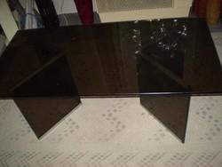 Iparművész készítette füstüveg dohányzó asztal, 3 részből szétszedhető. 120x60x47cm. stabil, nehéz,