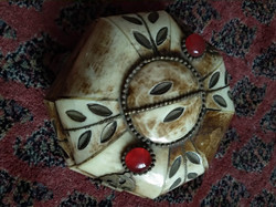 Régi közép méretű csont doboz vörös üvegdísszel, bone box antique