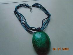 Látványos,nagy ezüst fényű zöld medál 5 soros apró gyöngy nyakláncon