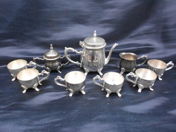 6 személyes, dúsan cizellált, ezüstözött kávés készlet. Kidolgozott lábakkal, fülekkel. Ritka darab