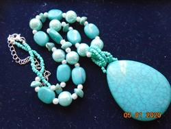 Türkiz medállal nyaklánc zöld és fehér gyöngyökkel,ásványokkal