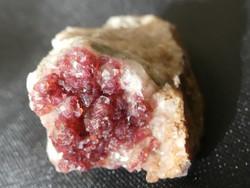 Természetes, ritka Rozelit ásvány. Fenn-nőtt kristályok az anyakőzeten. Gyűjteményi darab. 17 gramm