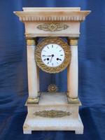 1870-es évekből.Hatalmas, alabástrom, oszlopos,felesütős, porcelán számlapos kandalló óra. Hibátlan.
