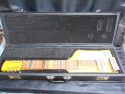 Elektromos ritka steel gitár, eredeti tokjában. Fából, nyakán tűzzománc berakással.