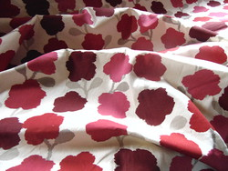 Sötétítő függöny párban krémszín alapon burgundi vörös, ciklámen, rózsaszín virágmintás