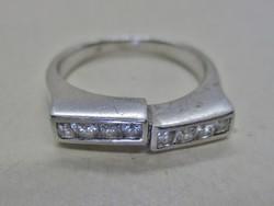 Gyönyörű  iparművész ezüstgyűrű  fehér kövellel