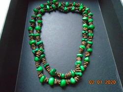 Kézzel készült nyaklánc zöld és barna magvakból