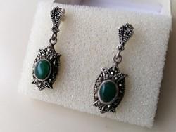 Ezüst barokkos fülbevaló zöld spinell kővel és markazitokkal díszítve. 925