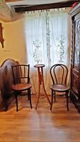 Thonet székek, és Thonet álló virágtartó tökéletes állapotban együtt. Azonnal használatba vehetők.