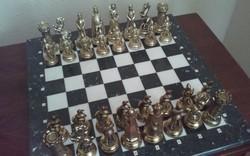 Monumentális antik réz sakk készlet márványtáblán+100 éves fiókos asztalka!!!