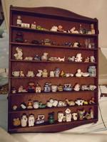 84 db régi kis miniatűr porcelán,kerámia ,üveg gyűjtemény fali polcban.