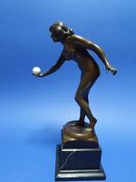Bronz női akt labdával