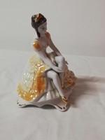 Barok ülő nő porcelán figura