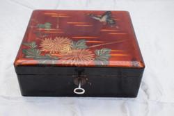 Antik fa dísz lakk doboz festett pillangó és virág díszítéssel kulccsal zárható 20 x 17,3 x 7,5 cm