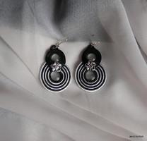 Sujtás fülbevaló, fekete-fehér, egyedi tervezésű