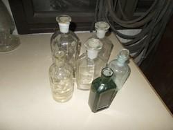 Gyógyszeres patikai üvegek.